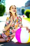 Muchacha modelo elegante divertida en paño casual del inconformista en la calle Imagen de archivo