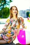 Muchacha modelo elegante divertida en paño casual del inconformista en la calle Fotografía de archivo libre de regalías