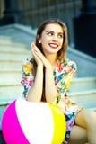 Muchacha modelo elegante divertida en paño casual del inconformista en la calle Foto de archivo