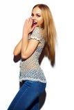Muchacha modelo elegante divertida en paño del verano Fotos de archivo