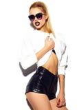 Muchacha modelo elegante divertida en paño moderno casual del inconformista Imagen de archivo libre de regalías