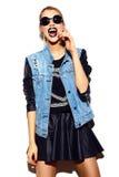 Muchacha modelo elegante divertida en paño moderno casual del inconformista Imagen de archivo