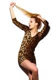 Muchacha modelo elegante divertida en paño moderno casual del inconformista Fotos de archivo