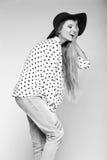 Muchacha modelo elegante divertida en paño moderno casual del inconformista Fotos de archivo libres de regalías