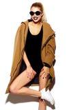 Muchacha modelo elegante divertida en paño moderno casual del inconformista Imagenes de archivo