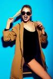 Muchacha modelo elegante divertida en paño moderno casual del inconformista Foto de archivo libre de regalías