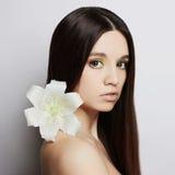 Muchacha modelo hermosa con la flor de la orquídea Fotos de archivo
