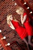 Muchacha modelo hermosa en un fondo rojo La belleza de una mujer Imagen de archivo libre de regalías