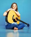 Muchacha modelo joven con la guitarra acústica Imagenes de archivo