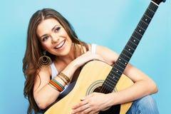 Muchacha modelo joven con la guitarra acústica Imágenes de archivo libres de regalías