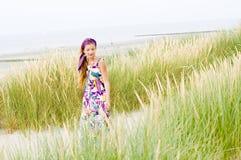 Muchacha modelo que recorre en playa de las dunas de arena Imagen de archivo libre de regalías