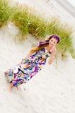 Muchacha modelo que recorre en playa de las dunas de arena Foto de archivo libre de regalías