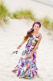 Muchacha modelo que recorre en playa de las dunas de arena Imagen de archivo