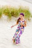 Muchacha modelo que recorre en playa de las dunas de arena imagenes de archivo