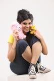 muchacha moderna con dos osos de peluche Imagen de archivo libre de regalías