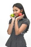 Muchacha moderna con la manzana verde y roja Imagenes de archivo