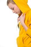 Muchacha moderna del adolescente en suéter con la capilla cubierta Imagen de archivo