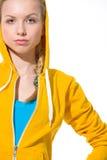 Muchacha moderna del adolescente en suéter con la capilla cubierta Foto de archivo libre de regalías
