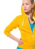 Muchacha moderna del adolescente en suéter con la capilla cubierta Fotografía de archivo
