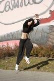 Muchacha moderna del bailarín cerca de la pintada Imagenes de archivo