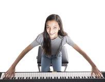 Muchacha morena adolescente y piano vertical negro en estudio Fotografía de archivo libre de regalías