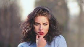 Muchacha morena atractiva del primer con el pelo hermoso y actitudes rojas de los labios en la cámara que representa diversas emo almacen de metraje de vídeo