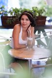 Muchacha morena atractiva en un café al aire libre Fotos de archivo