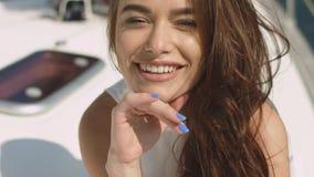 Muchacha morena atractiva joven en el yate Foto de archivo libre de regalías