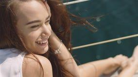 Muchacha morena atractiva joven hermosa en el yate Fotos de archivo libres de regalías