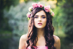 Muchacha morena bonita con el peinado rizado al aire libre Moda Woma Fotos de archivo