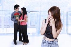 Muchacha morena celosa a los pares románticos Imagenes de archivo