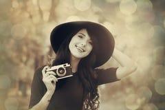 Muchacha morena con la cámara en el parque Fotos de archivo libres de regalías