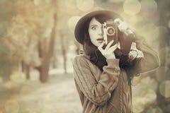 Muchacha morena con la cámara en el parque Fotografía de archivo