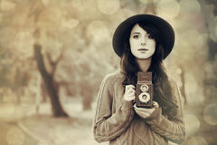 Muchacha morena con la cámara en el parque Imagen de archivo libre de regalías