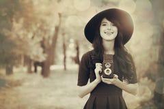 Muchacha morena con la cámara en el parque Imágenes de archivo libres de regalías