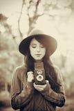 Muchacha morena con la cámara en el parque Fotos de archivo