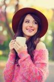 Muchacha morena con la taza de café Imagen de archivo