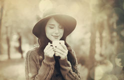 Muchacha morena con la taza en el parque Imagen de archivo