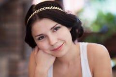 Muchacha morena de moda con la cadena de oro en pelo Imagen de archivo libre de regalías
