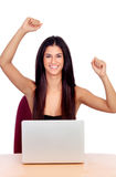 Muchacha morena del ganador con un ordenador portátil Foto de archivo