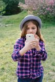 Muchacha morena del niño del tweenie pre-adolescente adorable con su smartphone Imagen de archivo