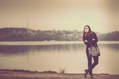 Muchacha morena del pelo largo al aire libre con el lago detrás Fotografía de archivo libre de regalías
