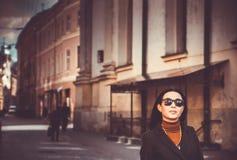 Muchacha morena del pelo largo al aire libre con la calle de la ciudad en fondo Fotos de archivo libres de regalías