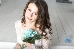 Muchacha morena en el vestido blanco que se sienta en las escaleras Imagen de archivo libre de regalías