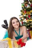 Muchacha morena en el vestido de lujo que miente debajo del árbol de navidad Imágenes de archivo libres de regalías