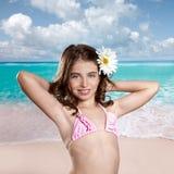 Muchacha morena en playa tropical con la flor de la margarita feliz Foto de archivo