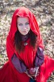 Muchacha morena en un impermeable rojo fotografía de archivo libre de regalías