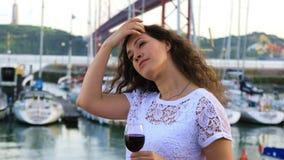 Muchacha morena encantadora con un vidrio de vino rojo almacen de metraje de vídeo