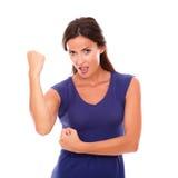 Muchacha morena feliz en vestido púrpura con el brazo para arriba Fotografía de archivo libre de regalías