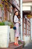 Muchacha morena hermosa, atractiva y elegante en traje púrpura AG fotos de archivo libres de regalías